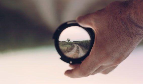 naturaleza-objetivo-enfocar-mano-reputacion-online